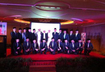 Barisan Imam Muda Musim 3 bersama Mudir dan Mursyid mereka. Foto ihsan: Facebook Imam Muda